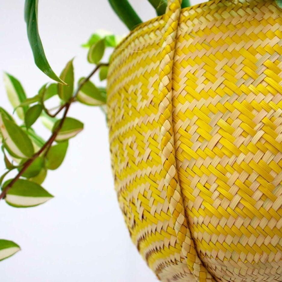 Detail: mexikanische Pflanzenampel ♥ Gewebte Pflanzen Hängedeko aus Palmfaser ♥ aus Mexiko ♥ Boho Dekoration online kaufen ♥ Soulbirdee Onlineshop