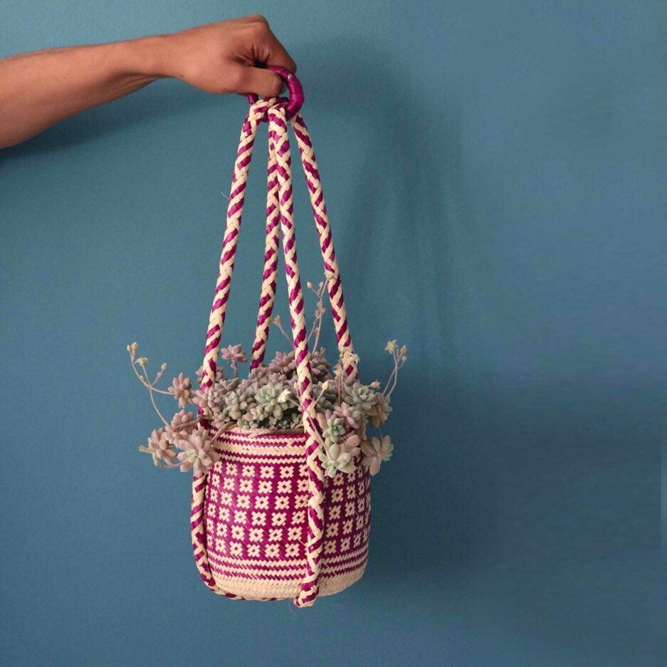 Rosa Mexikanische Pflanzenampel ♥ Gewebte Pflanzen Hängedeko aus Palmfaser ♥ aus Mexiko ♥ Boho Dekoration online kaufen ♥ Soulbirdee Onlineshop