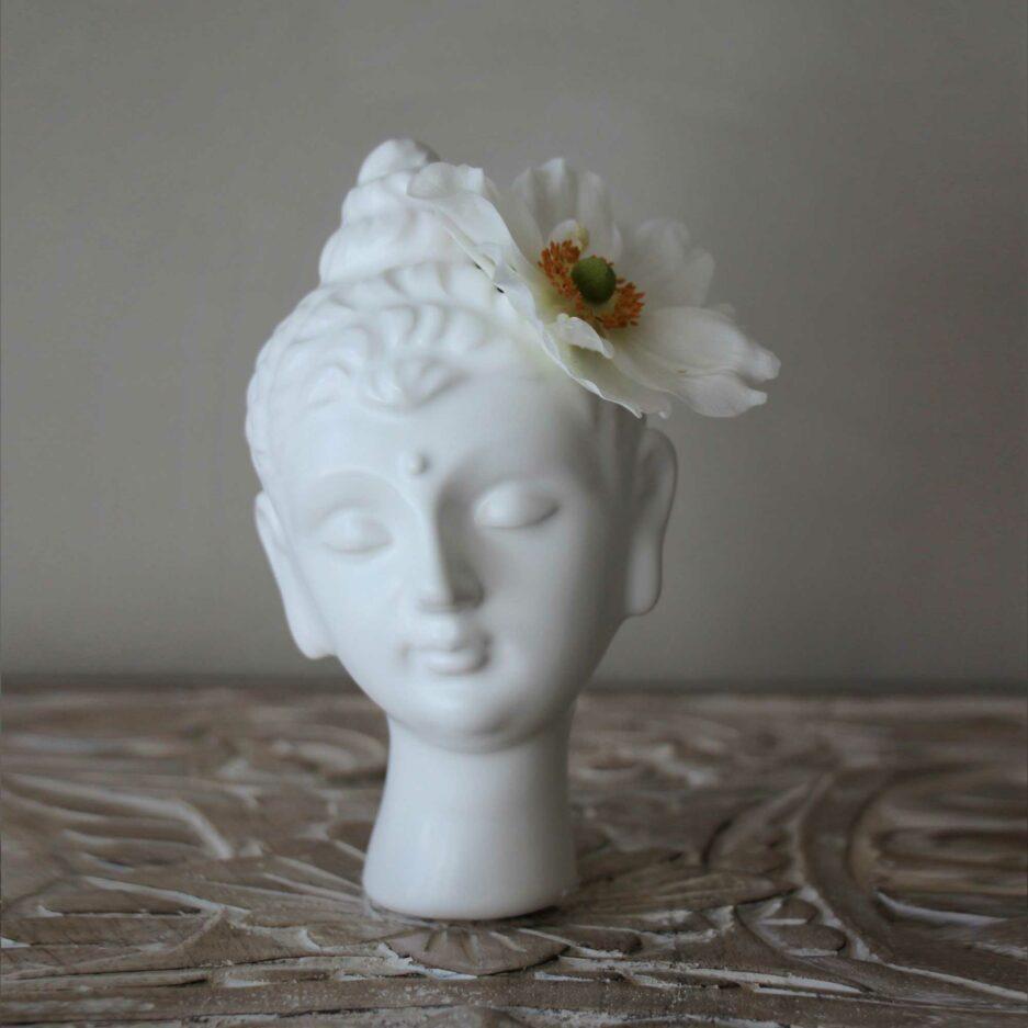 Weiße Buddha Vase aus Porzellan. Der ästhetische Kopf ist wunderschön anzusehen und eine liebliche Vase. Wir finden es eigent sich wirklich für jeden als Geschenk! bDie weiße Buddha Vase ist eine schöne, nützliche Dekoration.
