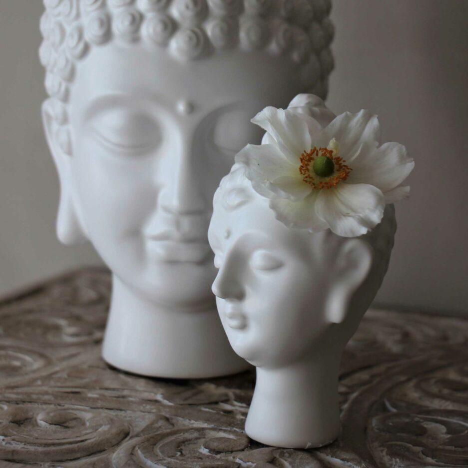 Buddha Vasen im Boho Stil als liebliche Vase. Wir finden es eigent sich wirklich für jeden als Geschenk! bDie weiße Buddha Vase ist eine schöne, nützliche Dekoration.