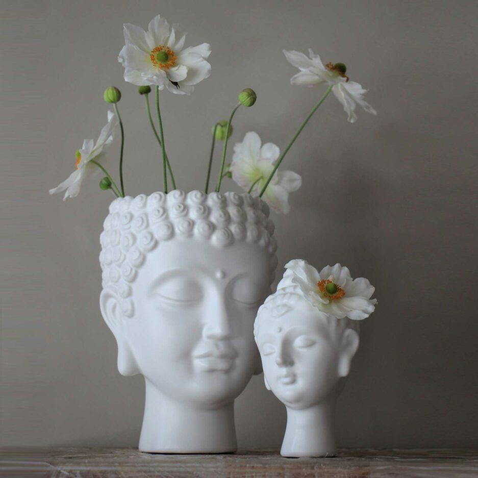 Buddha Kopf Vase aus weißem Porzellan. Das friedliche Gesicht ist wunderschön anzusehen und eine liebliche Vase. Wir finden es eigent sich wirklich für jeden als Geschenk! bDie weiße Buddha Vase ist eine schöne, nützliche Dekoration.