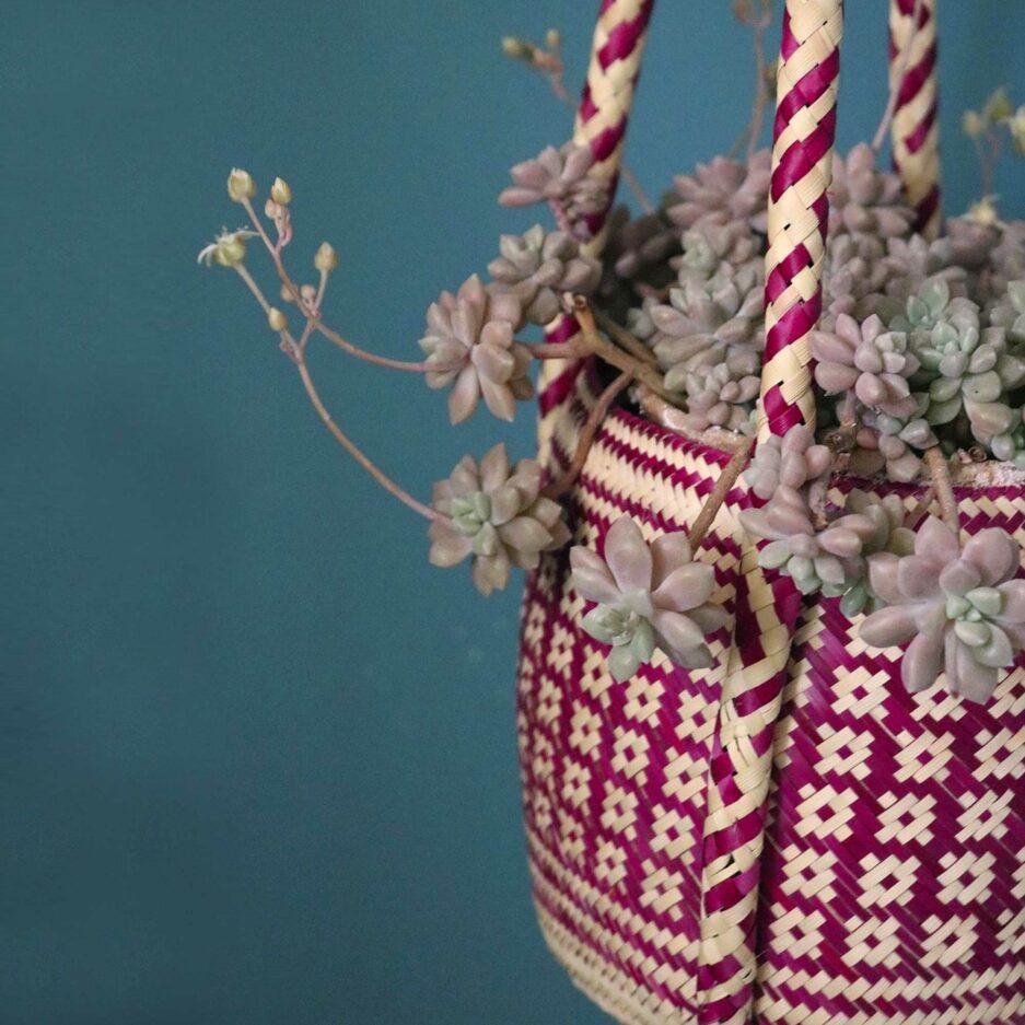 Pink farbige Pflanzenampel ♥ Gewebte Pflanzen Hängedeko aus Palmfaser ♥ aus Mexiko ♥ Boho Dekoration online kaufen ♥ Soulbirdee Onlineshop