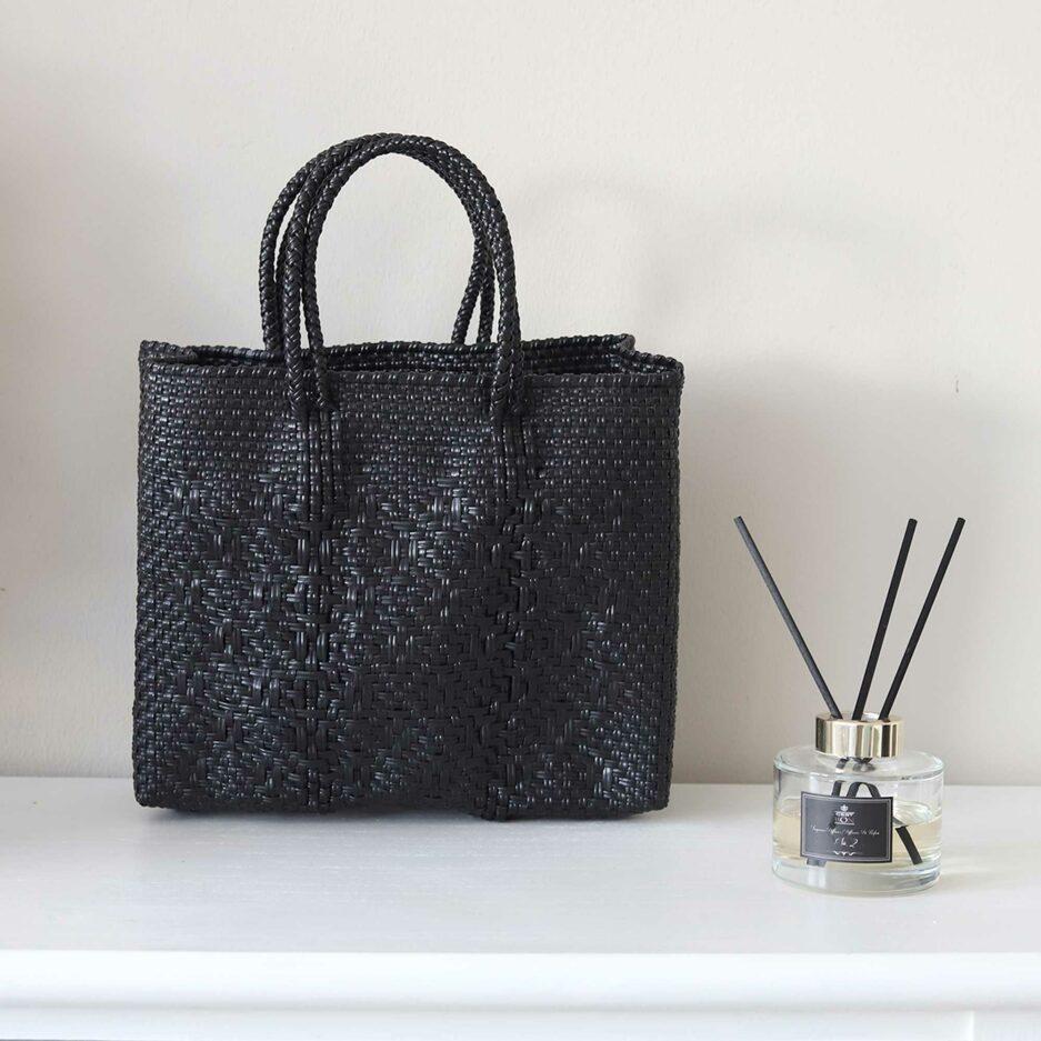 Schwarze Henkeltasche mit Muster ♥ Robuste Tragetasche aus stabilem Plastikband ♥ Handtasche & Einkaufstasche ♥ Soulbirdee Onlineshop