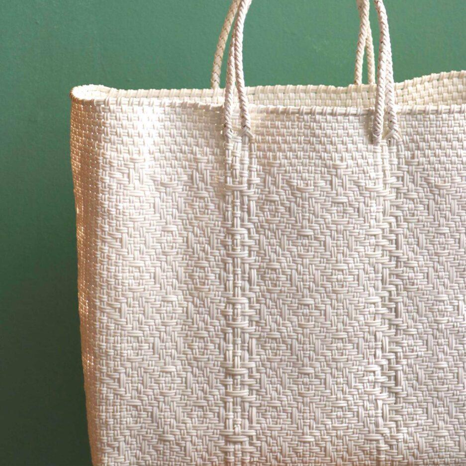 Weisse Henkeltasche mit Muster. Robuste Tragetasche aus stabilem Plastikband ♥ Handtasche & Einkaufstasche ♥ Soulbirdee Onlineshop