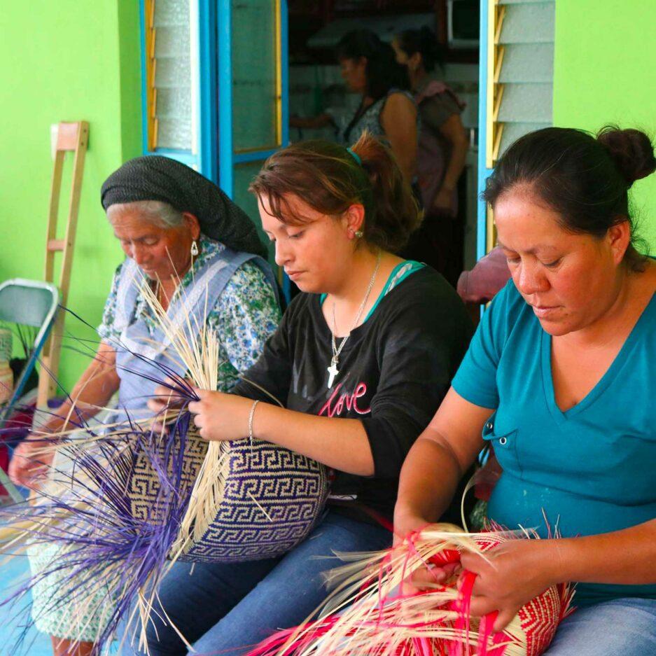 Korb Flechterinnen aus Mexiko