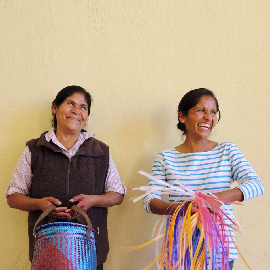 Deko Körbe mit Karo Muster aus Mexiko. Frauen in Mexiko weben die Ethno Körbe. Übertopf für eine Pflanze
