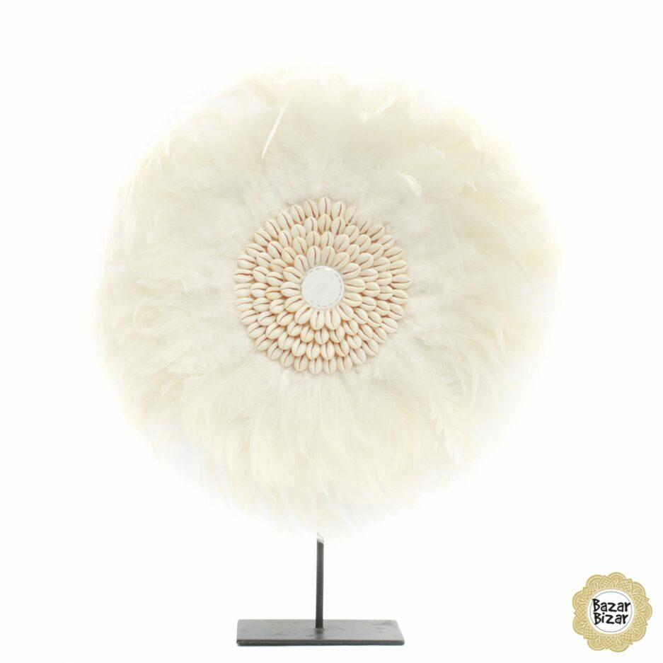 Juju auf einem Ständer ♥ Juju aus weißen Federn mit Muscheln. Diese Boho Schönheit ist nicht immer erhältlich und daher so besonders.
