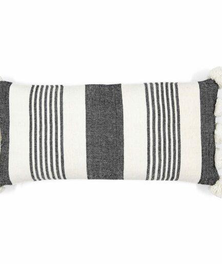 Pompom Kissen in 30 x 60 cm mit schwarzen Streifen von der Marke Liv Interior. Rechteckige Sofakissen mit Bommel, waschbar im marokkanischen Stil