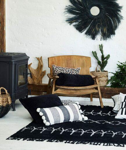 Kissen in Schwarz Weiß im marokkanischen Wohnstil von der Marke Liv Interior. Bommelkissen im orientalischen Look für das Wohnzimmer
