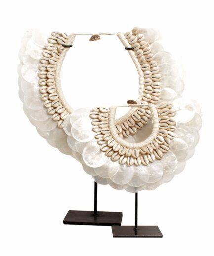 Muschelkette mit Perlmuttscheiben auf einem Standfuss aus Eisen ♥ Weiße Boho Wohndeko im Coastal Style ♥ Strandhaus Dekoration online kaufen