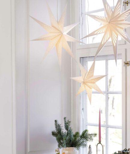 Weisse Papiersterne als Weihnachtsdeko