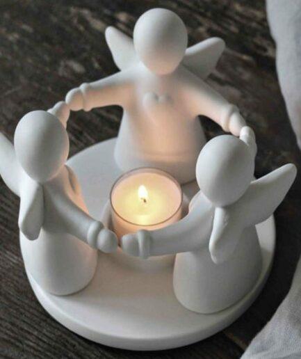 Kerzenhalter mit 3 Engeln aus Porzellan. Weißer Teelichthalter mit Engeln als Deko für Winterzeit