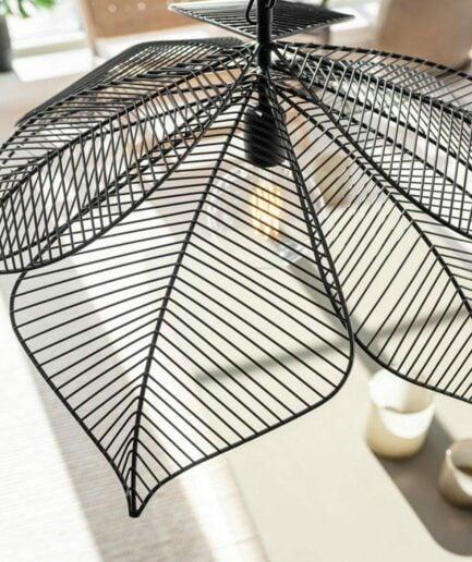 Blatt Lampe in Schwarz aus Metall von der Marke PR Home im skandinavischen Wohnstil. Hängeleuchte im nordischen Look für das Ess- und Wohnzimmer