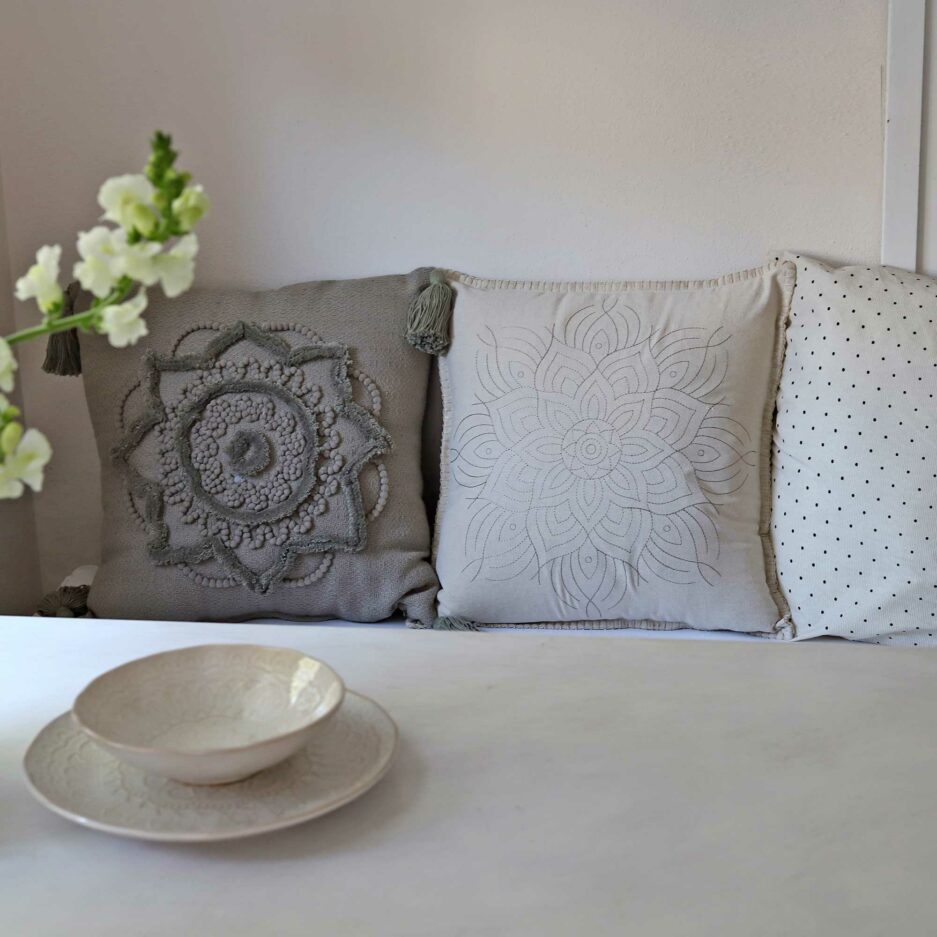 Kissen aus Skandinavien mit gesticktem Muster | Leinen-DekoKissen mit Mandala