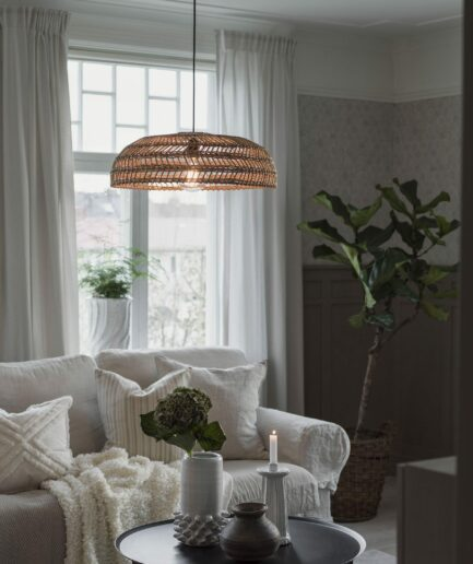 Hängelampe aus Rattan im skandinavischen Stil von der schwedischen Marke PR Home. Rattan Hängelampe mit 40 cm Durchmesser in flacher Form