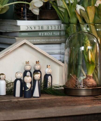 Holzkrippe im skandinavischen Stil mit kleinen Figuren. Krippe für die vintage Weihnachtsdekoration in kleinen Wohnungen online kaufen